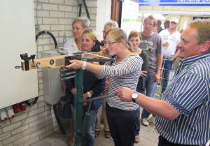 Auch Andrea Freitag beteiligte sich unter Aufsicht des Schießwarts Udo Kleinespel (r.) am Damen-Preisschießen mit der Armbrust. Sie überließ anderen Schützinnen eine gute Platzierung. Foto: Helmut Scheffler