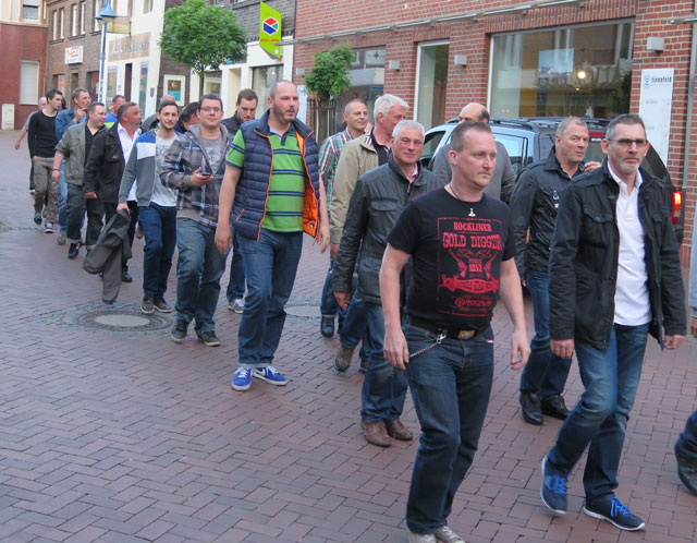 Das Tambourkorps Schermbeck begleitete die Kilianer am Samstagabend über die Mittelstraße ins Königreich Bricht. Foto Scheffler