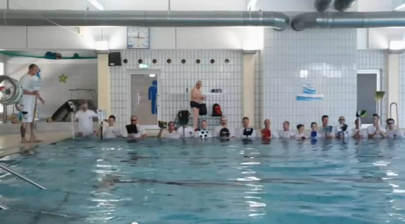 Was hat sich der Badegast wohl gedacht, als er die Schüppenschützen mit ihren Klamotten und dann auch noch mit ihren Schüppen im Schwimmbad entdeckte?