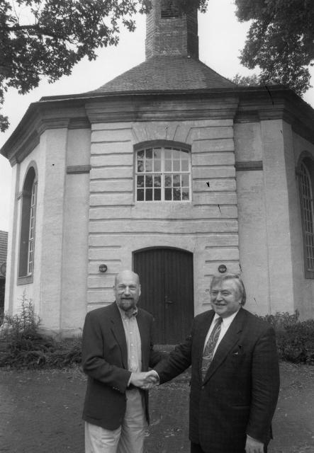 Pfarrer Wolfgang Bornebusch (l.) freute sich am 1. August 1998 riesig, das sanierungsbedürftige Gebäude der Georgsgemeinde für eine Mark an den damaligen Bürgermeister Wilhelm Cappell (r.) übergeben zu können. RP-Archivfoto Scheffler