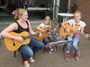 Johanna Schulte, Johanna Burre und Anna Kleinsteinberg (v.l.) unterhielten die Gäste mit Gitarrenmusik und Liedern. Foto Scheffler