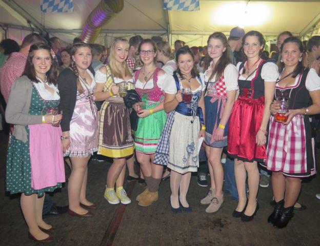Die Hünxerein Katharina Maas (4.v.r.) trug das schönste Dirndl beim 10. Drevenacker Oktoberfest. Foto: Helmut Scheffler