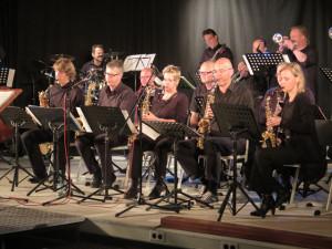 Zur NRW-Lehrerbigband, die ihr zweites Konzert seit der Gründung im November 2013 am Freitag in Schermbeck veranstaltete, gehört auch der Schermbecker Gesamtschullehrer und Saxofonist Eddie Möllmann (vorne, 2.v.l.). Foto Scheffler