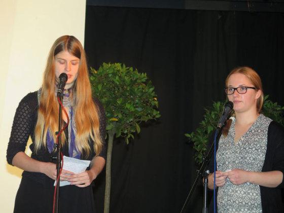 Die Schülerinnen Lara Franken und Katharina Willing (v.l.) berichteten während der Gedenkfeier am Mittwoch über die jüdische Gemeinde in Schermbeck und über die Ereignisse am 9. November 1938. Foto Scheffler