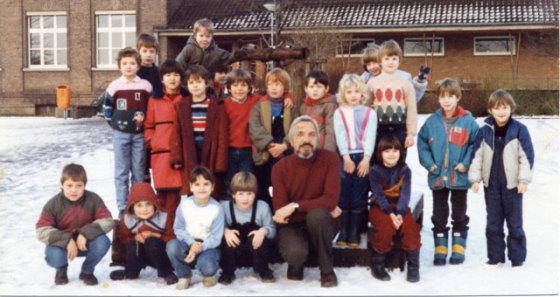 Die Klasse 3b der Gemeinschaftsgrundschule mit ihrem Klassenlehrer Erhard Brechbühler im Dezember 1985. Foto: Helmut Scheffler