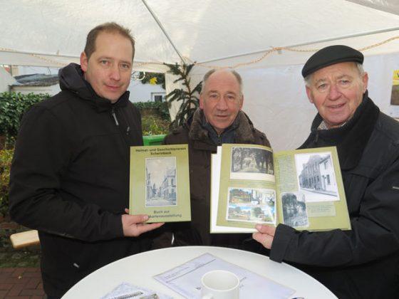 Die Vorstandsmitgliedern Bruno Rademacher, Rolf Blankenagel und der ehemalige Vorsitzenden Hans Zelle (v.l.) stellten das Ansichtskarten-Buch vor. Foto Scheffler