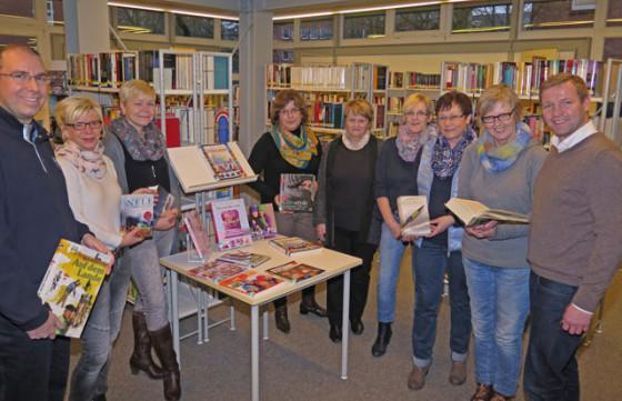 Bürgermeister Mike Rexforth (r.) freut sich sehr, dass die beiden hauptamtlichen Bücherei-Angestellten Monika Schlebusch und Eva Saaba (4. u. 5. v.r.) ab jetzt von den Ehrenamtlern Steffen Sondermann, Karin Ufermann, Beate Seiffert, Martina Klobusch (v.l.), Marlies Erwig und Walburga Eifert (2.u.3.v.r.) unterstützt werden. Foto Scheffler