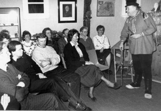 """""""Plattdütsch küren on verstohn"""", heißt das Motto einer Abendveranstaltung, zu der die Landfrauen Schermbeck ins Heimatmuseum einladen. Kiepenkerl Burkhard Guddorf erzählt den Landfrauen von """"olle tijen"""". Helmut Scheffler"""