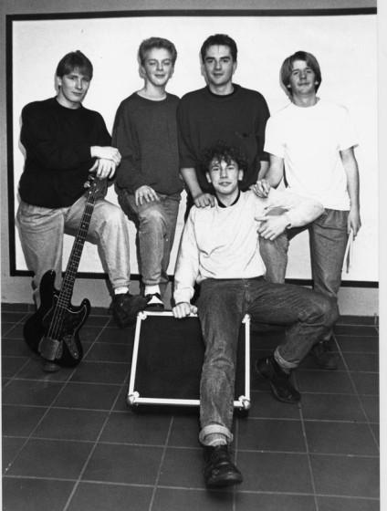 """Die Rockgruppe """"Cadger"""" probt für einen großen Auftritt in Dorsten. Zur Gruppe gehören Claus Lewerenz, Arnd Beck, Andreas Stuckenholz, Marc Kruska (stehend v.l.) und Thomas Neu. Foto: Helmut Scheffler"""