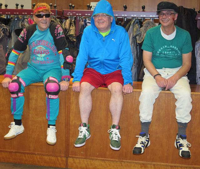 Drei sportliche Typen warten auf ihren Auftritt. Foto: Helmut Scheffler
