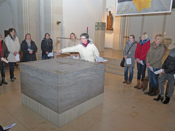 Pastoralreferentin Birgit Gerhard lud zu einer meditativen Kirchenerkundung ein. RN-Foto Scheffler