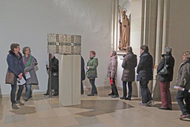 Im Rahmen der meditativen Kirchenerkundung lernten die Teilnehmer auch die Geschichte und die Bedeutung des Tabernakels kennen. Foto Scheffler