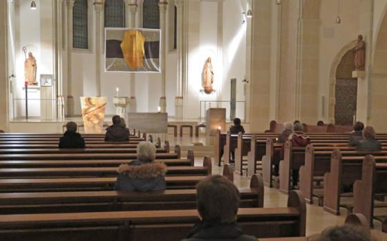 Die meditative Kirchenerkundung endete in der nur schwach beleuchteten Ludgeruskirche mit einer etwa zehnminütigen Besinnung der Teilnehmer. Noch einmal konnten Taufbecken, Ambo, Altar und Tabernakel aus der Ferne betrachtet werden. Foto Scheffler