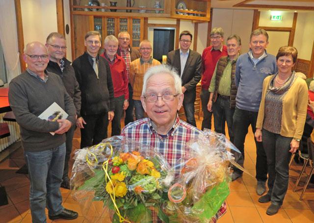 """Nach 16-jähriger Tätigkeit als Vorsitzender des """"Verein Kolping-Begegnungsstätte e.V."""" wurde der 84-jährige Martin Schürmann am Mittwochabend verabschiedet. Herbert Loges (vorne links) ist sein Nachfolger. Foto: Helmut  Scheffler"""