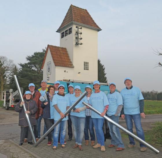 """Zahlreiche Dammer """"Türmer"""" unterstützten die Fachfirma Wischerhoff bei der Erstellung der Dachentwässerung für das ehemalige Trafohaus am Elsenberg. Foto Scheffler"""
