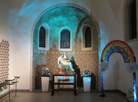 Auch die Pieta in einer Nische mit ornamentalen Wandfresken zeigte sich den Besuchern im Rahmen der Licht-Klang-Installation ganz anders als gewohnt. Foto Scheffler
