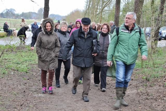 Wilhelm Itgeshorst (re.) führte die Wandergruppe des Heimat- und Geschichtsvereins durch den Wald zum Moor