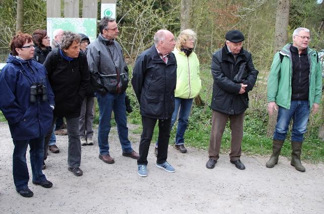 Wilhelm Itjenhorst (re.) von der biologischen Station Wesel führte die Wandergruppe zum Moor am Entenpoet.