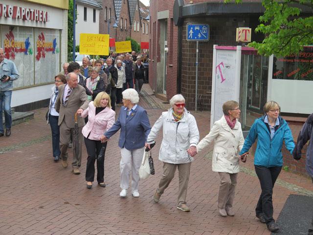 Eine Menschenkette verband am Pfingstmontag die evangelische Kirche (im Hintergrund) aber nur, wenn die Kirche auch zu sehen ist mit der katholischen Kirche, in denen jeweils ein Teil eines gesamten Gottesdienstes gefeiert wurde. Foto Scheffler