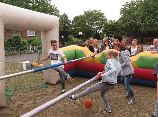 Auf dem Gelände der Gesamtschule konnten Besucher am Menschen-Kickern teilnehmen. Foto: Helmut Scheffler
