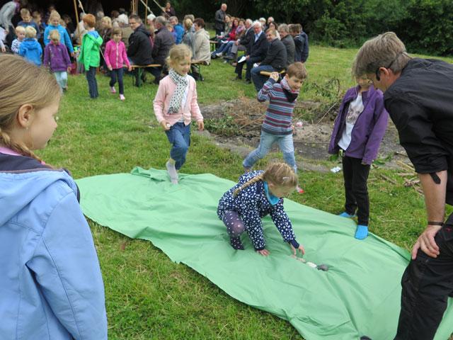 Auf einem grünen Tuch legten die Kinder aus dicken Kieselsteinen ein Kreuz aus. Foto Scheffler