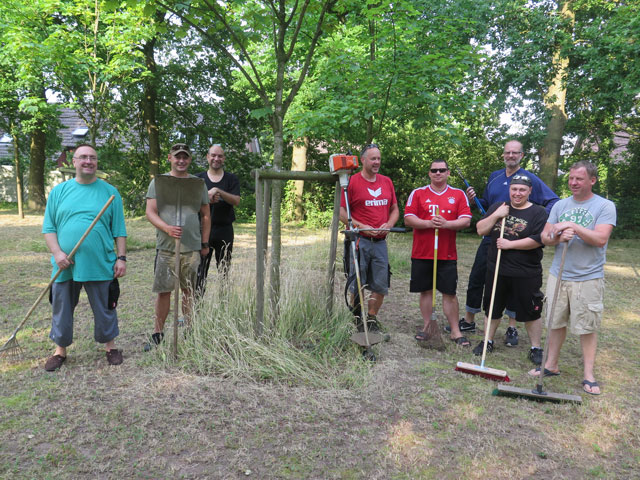 Mitglieder des Vorstands und des Offizierskorps der Schermbecker Kilianer säuberten am Samstag die Vogelrute am Waldweg. Foto: Helmut Scheffler