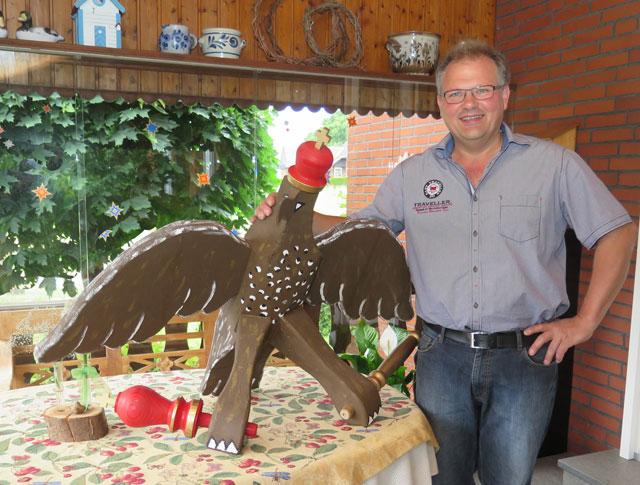 Der Hinteruefter Werner Steinkamp baut seit 2004 die Vögel für die Kiliangilde Altschermbeck. Foto: Helmut Scheffler