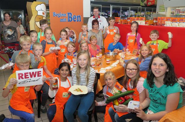 REWE-Geschäftsführer Udo Conrad (hinten) ermöglichte Kindern der Gemeinschaftsgrundschule die Teilnahme an einem Showkochen. Foto: Helmut Scheffler