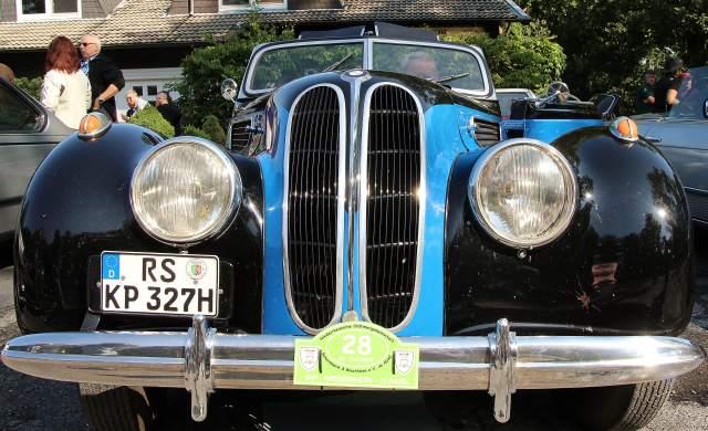 Zahlreiche Edelkarossen längst vergangener Tage, wie dieser BMW 327 Cabriolet, nahmen an der Oldtimer Rallye in Schermbeck 2015, teil