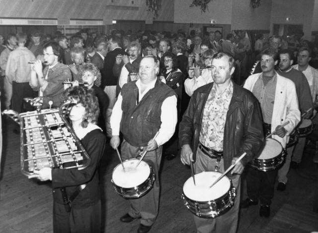 """Eine Woche nach den Altschermbecker Kilianern traten im Juli 1990 auch die Schermbecker Kilianer zur Vorfeier im Saal Overkämping an. Mit dem Marsch """"Die weite Welt"""" marschierte das Schermbecker Tambourkorps unter Leitung von Heiner Overkämping in den eng"""
