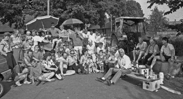 """Mehr als 50 Overbecker begleiteten im Juli 1990 den Brutwagen zum Hof Hutmacher. Sie halfen der Braut Gertrude Hutmacher beim Umzug vom Worthuesweg 14 zum Haus des Bräutigams Josef Knufmann am Lofkampweg 69. Hutmachers Pferd Mary zog den Wagen, der """"olle Pröllen"""" als symbolische Aussteuer ins neue Heim brachte. Die Fahrt über den Kirchweg der Braut zum Bräutigam wurde zu einer Reise mit Hindernissen. Erst als die Zollgemeinschaft der Brautnachbarn Dahlhaus, Ufermann, Vengels, Friedrich, Heistermann und Körber nach dem Empfang von reichlich flüssigem Zoll die Umzugserlaubnis erteilt hatte, wurde die Route freigegeben. An der Kreuzung Lofkampweg/Westricher Straße wurde der Braut und ihren fröhlichen Gefolgsleuten die Einreise von einem daumendicken Tau verwehrt, das Knufmanns Nachbarn und """"Fress-Nachbarn"""" gespannt hatten. Mit fester und flüssiger Kost musste erst der Weg freigekauft werden."""