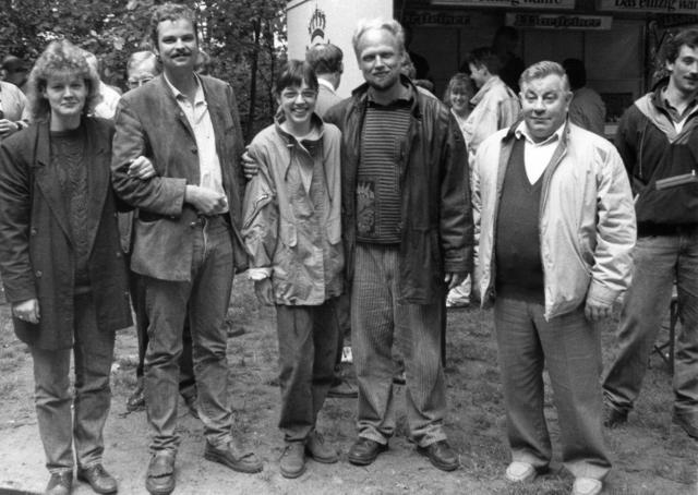 31 Schützen beteiligten sich im Juli 1990 am Vogelschießen der Schützengemeinschaft Dämmerwald. König Ulrich Körschgen (2.v.l.) eröffnete das Schießen in Mümkensbusch. Den Vogel hatte Gert Kortengräber bei einem Dortmunder Vogelbauer bestellt. Mit dem 479. Schuss holte der 36-jährige Landwirt Hermann Nienhaus (4.v.l.) den letzten Rest des Vogels von der Stange. Die neunjährige Tochter Christina gehörte zu den ersten Gratulanten und freute sich riesig darüber, nun selbst eine Prinzessin zu sein. Nach Dämmerwalder Sitte wurde bereits eine halbe Stunde später die neue Königin vorgestellt: die 27-jährige Hausfrau Margret Rathofer (3.v.l.). Neue Thronpaare wurden Richard Ostermann/Agnes Nienhaus und Josef Hessing/Rita Hörnemann. Die Inthronisation leitete am Abend Oberst Helmut Eimers (r.) in Mümkens Scheune.