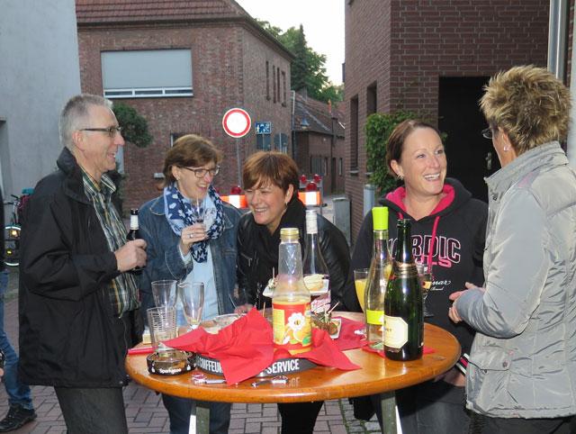 Auch vor dem Frisörgeschäft Claudia Wenzel stand eien Gruppe von Besuchern, um miteinander zu plaudern. Foto: Helmut Scheffler