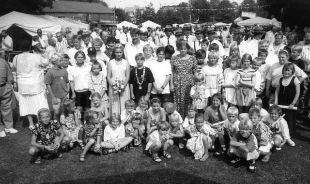 Nach 29-jähriger Pause wurde das Gahlener Kinderschützen-Brauchtum in den 1990er-Jahren wiederbelebt. Erstes Königspaar wurden im Jahre 1995 Christian Vengels (mit Kette) und Jenny Flade (mit Krone). Hofpaare waren Jan-Wilhelm Vengels/Luisa Rusch (links vom Königspaar) und Felix Blume/Tanja Liedtke (rechts vom Königspaar). RN-Archivfoto Scheffler