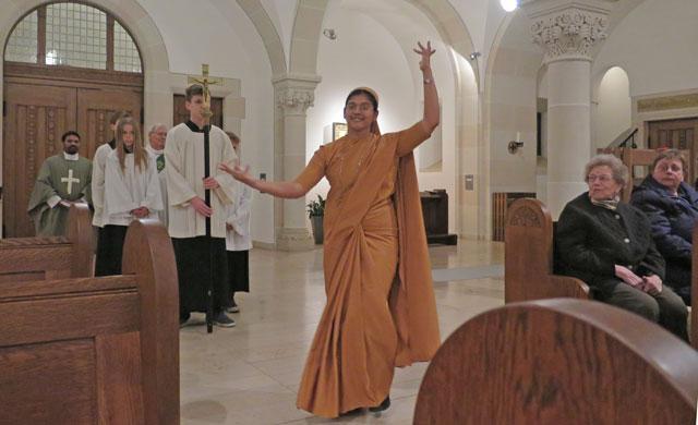 Eine Tänzerin geleitete die Messdiener und Zelebranten zum Altar der Ludgeruskirche. Foto: Helmut Scheffler