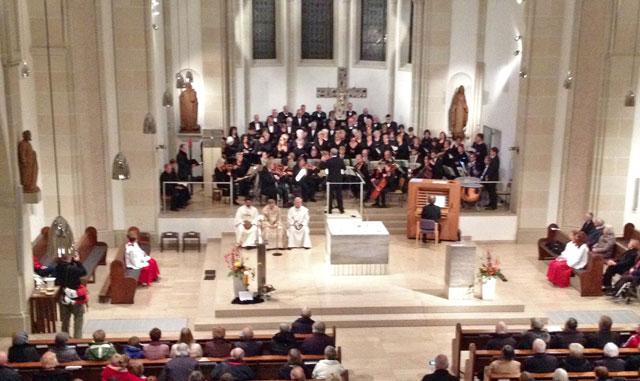"""Am Ende des Kirchenjahres  sang der um Gastsänger verstärkte Kirchenchor """"Cäcilia"""" Luigi Gattis """"Schöpfungsmesse"""". Foto: Karl-Dieter Warich"""