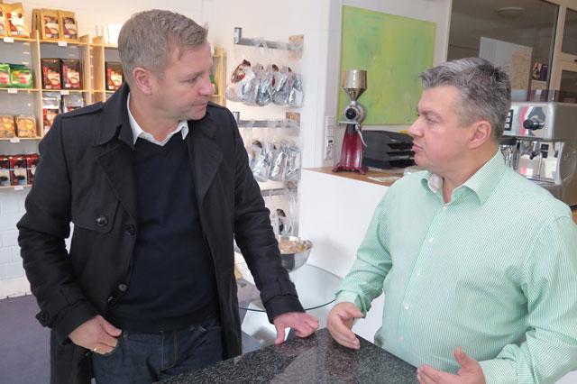 Marco Dietrich (r.) im Gespräch mit Bürgermeister Mike Rexforth. Foto: Helmut Scheffler