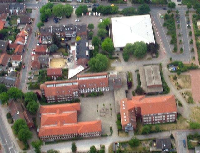 In der Gesamtschule (r.) findet am 26. Januar eine Veranstaltung zur Berufswahlvorbereitung statt, an der sich zahlreiche Firmen aus der Region beteiligen. RN-Luftbild Scheffler
