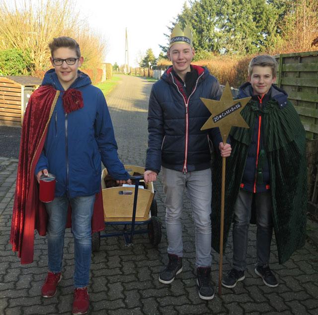 Diese drei Jungen waren an der Rittstege in Damm unterwegs, um die Häuser zu segnen. Foto: Helmut Scheffler