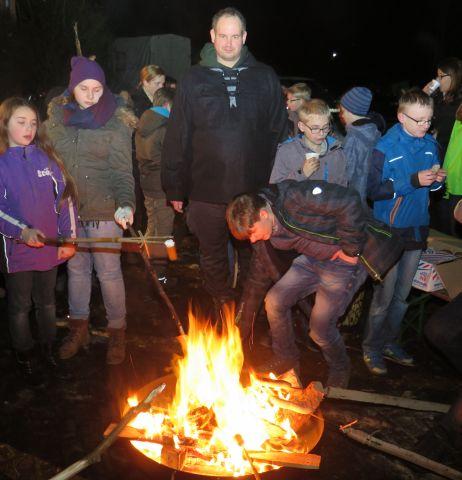 Björn-Holger Schledorn (Mitte) schenkte den Pfadfindern eine Feuerschale.
