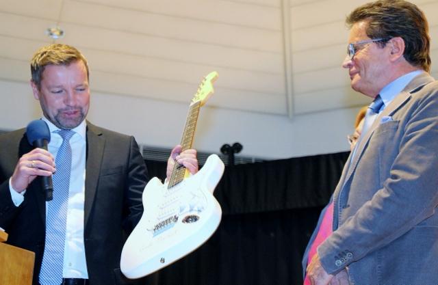 Bürgermeister Mike Rexforth und Uli Stiemer, Fraktionsvorsitzender CDU freuen sich über die Signar von Angela Merkel auf der Gitarre.