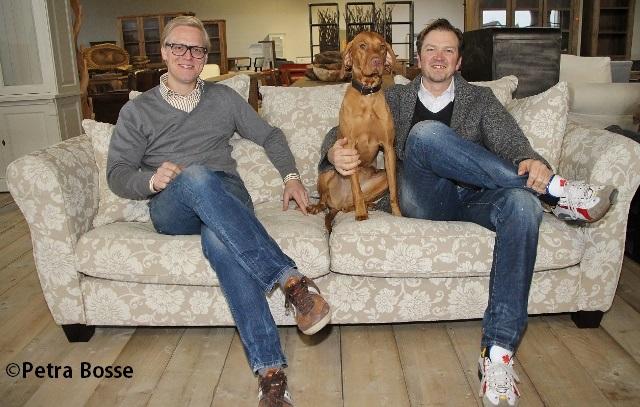 Schon mal Probesitzen - Geschäftsführer Robert Soppe und Inhaber Marc Riegel in dem neuen Dorstener Geschäft.