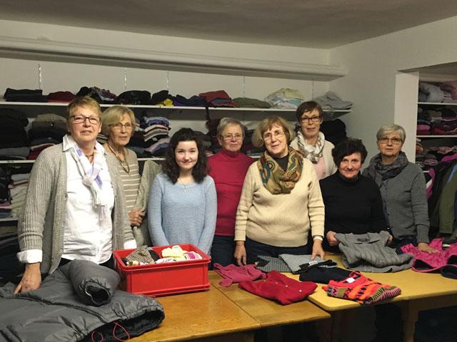 Das team der Kleiderkammer in der Maximilian-Kolbe-Schule. Foto: Barbara Böing