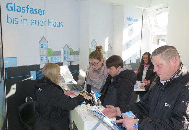 Am Samstag kamen sehr viele Schermbecker zum Servicepunkt der DG in der Mittelstraße 47, um sich bezüglich einer Anbindung ihrer Immobilie an das geplante Glasfasernetz beraten zu lassen. Foto: Helmut Scheffler