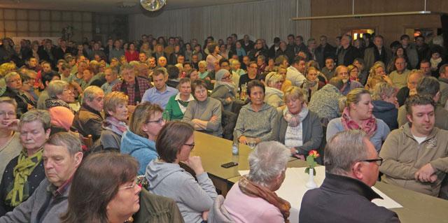 Etwa 250 Gahlener kamen am Montagabend ins Café Holtkamp, um sich über die geplante Flüchtlingsunterkunft an der westlichen Kirchstraße informieren zu lassen. Foto: Helmut Scheffler