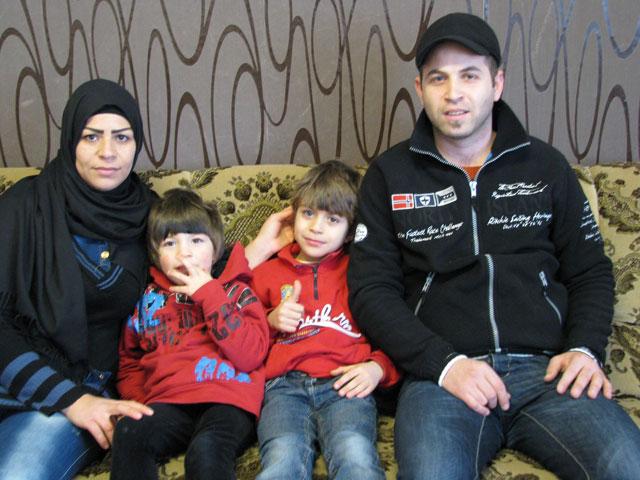 Die Eltern mit ihren Kindern Ahmad und Mahmad. Foto: Wolfgang Bornebusch
