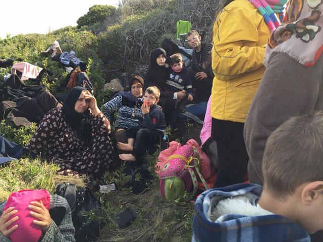 Einige der auf dem Inselchen vor Samos Gestrandeten. Im Zentrum des Bildes Hana Kiki, die Schwiermutter, zusammen mit einem der Jungens. Ganz vorne links, die Hände über dem Kopf, Tamam al-Ghosson