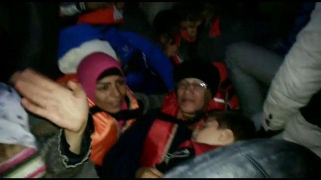Tama al-Ghosson, ihre Mutter und eines der Kinder im Schlauchboot