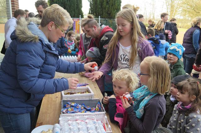 Alle gefundenen Plastikeier konnten bei Annegret Rusch und Anke Stordel gegen Schokolade, Überraschungseier oder Süßigkeiten ausgetauscht werden. Foto: Helmut Scheffler