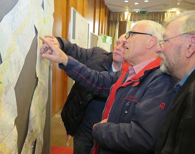 Die Besucher der Informationsveranstaltung im Ramirez interessierten sich am Donnerstag vor allem für die geplanten Trassenführungen. Foto: Helmut Scheffler